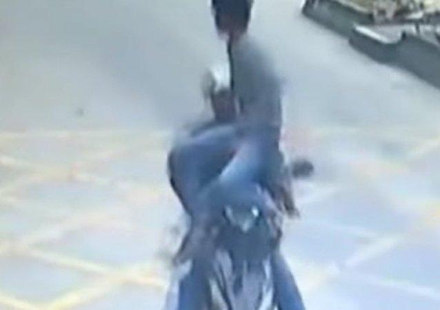 Motorista recupera celular roubado usando kung-fu