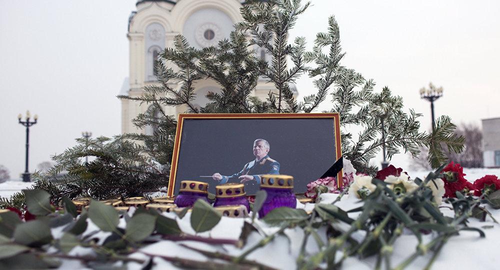 Ato de recordação das vítimas do acidente aéreo em Sochi, o retrato do líder do Ensemble Aleksandrov, Valeri Halilov