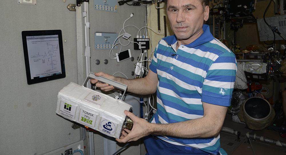 Um cientista da TPU mostra o satélite fabricado por uma impressora 3D