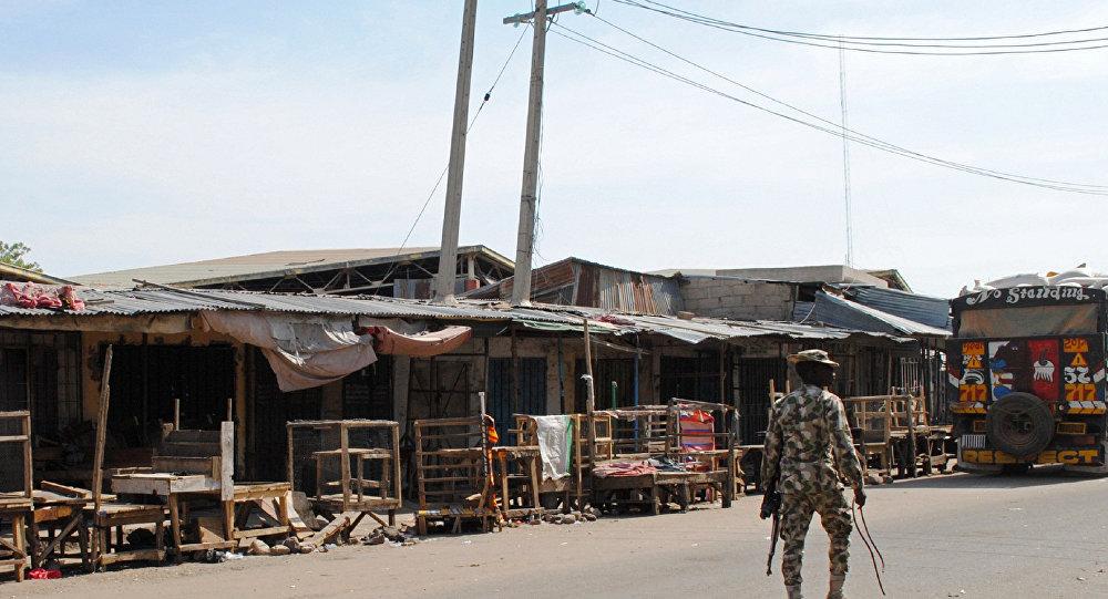 Soldado patrulha o local onde foi realizado um ataque suicida em Maiduguri, Nigéria, em novembro de 2016 (foto de arquivo)