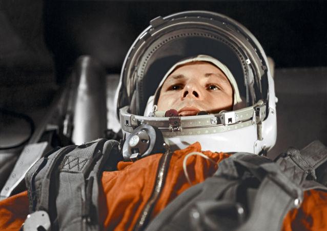Piloto-cosmonauta Yuri Gagarin na cabine do navio espacial Vostok
