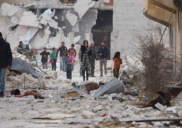 Carla Ortiz ao lado de crianças sírias (foto de arquivo)