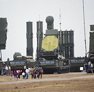 Exposição com sistema de mísseis antiaéreos S-300