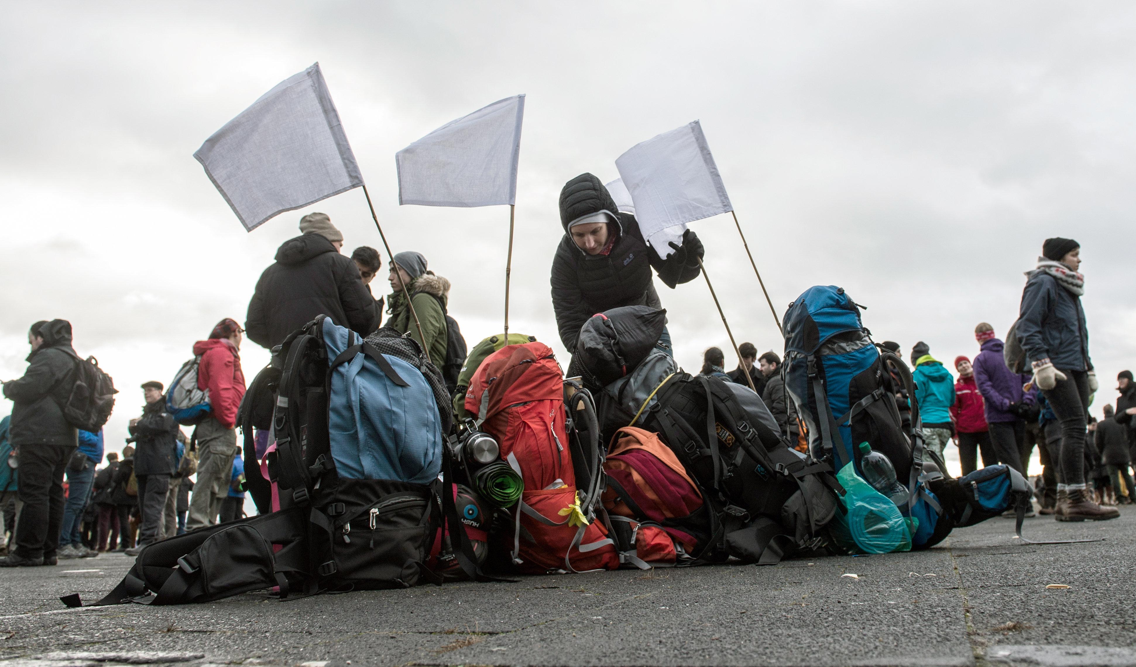 Bandeiras brancas em mochilas no campo de Tempelhofer, antes da partida da Marcha solidária para Aleppo, saindo de Berlim, na Alemanha, em 26 de dezembro de 2016