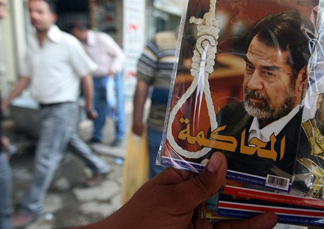 Um vendedor mostra um CD sobre o julgamento do ex-presidente iraquiano Saddam Hussein na capital iraquiana, Bagdá, em 9 de abril de 2012