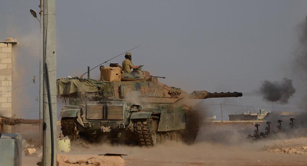 Soldados turcos no tanque M60 lutam contra a vila síria de Beraan, Síria, outubro de 2016