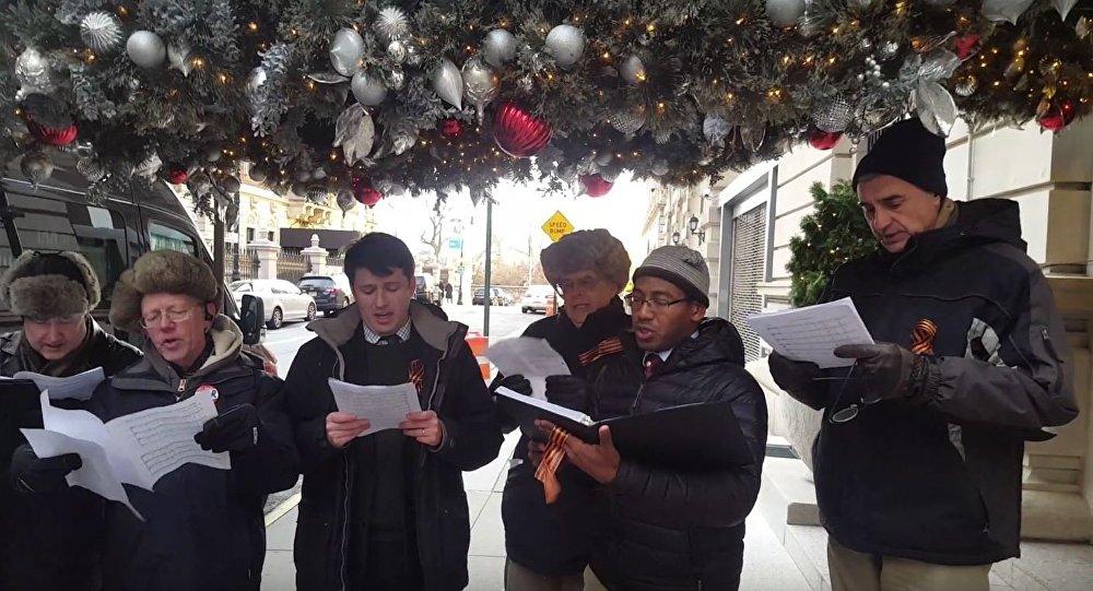 Coro canta hino russo em homenagem às vítimas do acidente com Tu-154