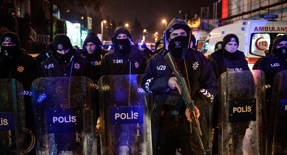 Polícia turca bloqueia caminho ao local do ataque ocorrido na boate em Istambul, 1 de janeiro de 2016