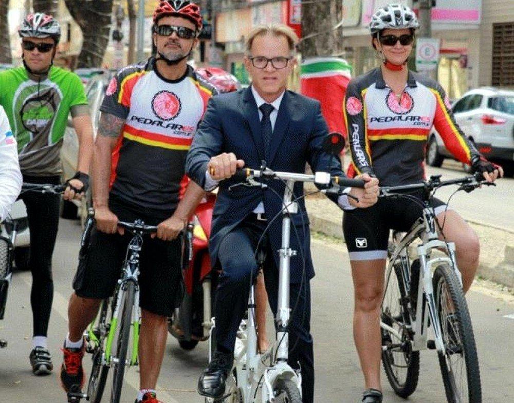 Sérgio Meneguelli chegou para a posse de bicicleta