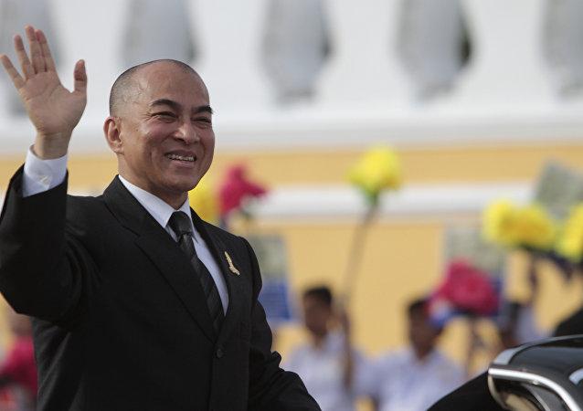Norodom Sihamoni, rei do Camboja, acenando para a multidão durante comemorações do Dia da Independência em Phnom Penh, 9 de novembro de 2013