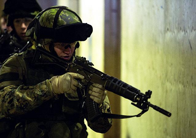Um fuzilheiro naval com rifle de assalto RK 95 TP