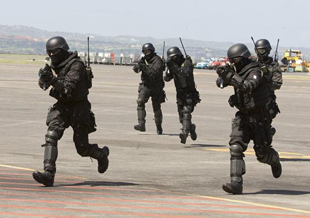 Soldados das Forças Especiais da Indonésia, também conhecidos como Kopassus, durante um exercício conjunto contra o terrorismo com a unidade de elite SAS da Austrália no Aeroporto Internacional de Bali, em Kuta, Indonésia, 28 de setembro de 2010.