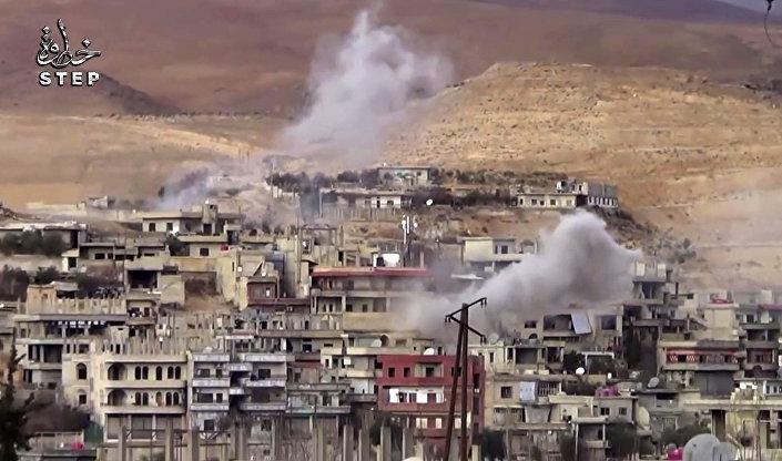Fragmento de vídeo cedido pela agência Step News Agency, de fonte da oposição síria, mostrando fumaça após alegado bombardeio da área de Wadi Barada pelo exército sírio, a noroeste de Damasco.