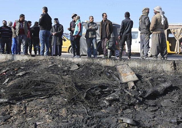 Curiosos se reúnem perto do local da explosão de um carro-bomba no bairro de maioria xiita de Bab Al-Muadham, Bagdá, nesta quinta-feira, 5 de janeiro