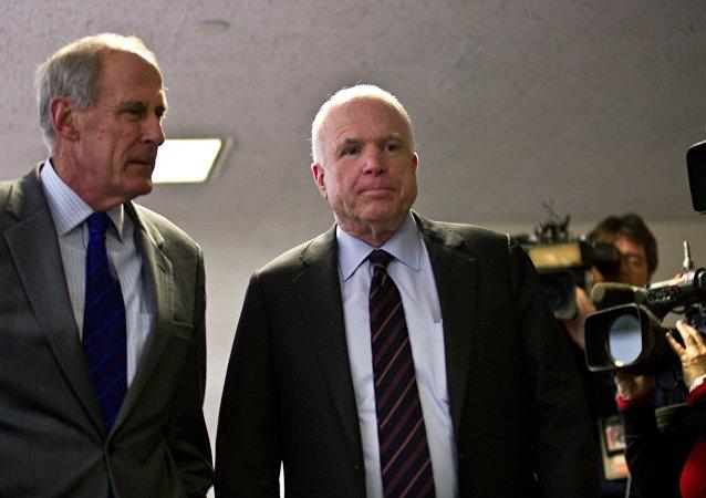 O ex-senador Dan Coats ao lado do seu colega republicano John McCain, no Capitólio, Washington, D.C., em 15/11/2012