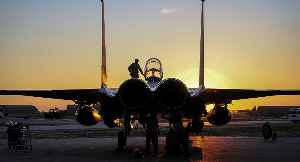Caça F-15E Strike Eagle dos EUA na base aérea de Incirlik, Turquia