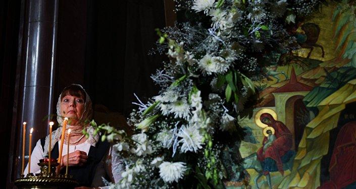 Antes do Dia de Natal, muitas famílias costumam montar a árvore natalina e trocar presentes. Os ramos são decorados com doces e luzes.