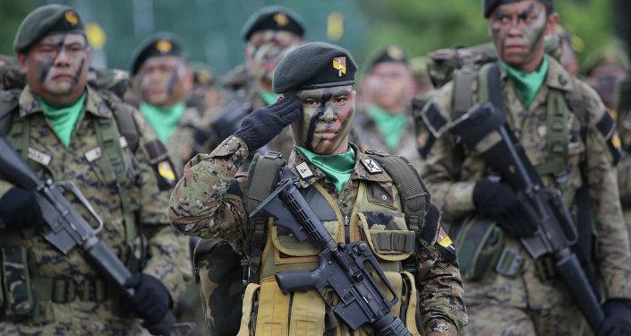 Soldados participando da cerimônia de comemoração dos 79 anos das Forças Armadas das Filipinas, no Camp Aguinaldo, Cidade Quezon, em 18 de dezembro de 2014