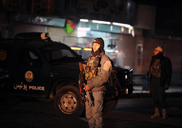 Policial afegão está a guarda no local da explosão em Kandahar,10 de janeiro de 2017