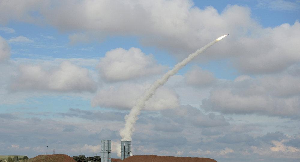 Sistema S-300 lança míssel