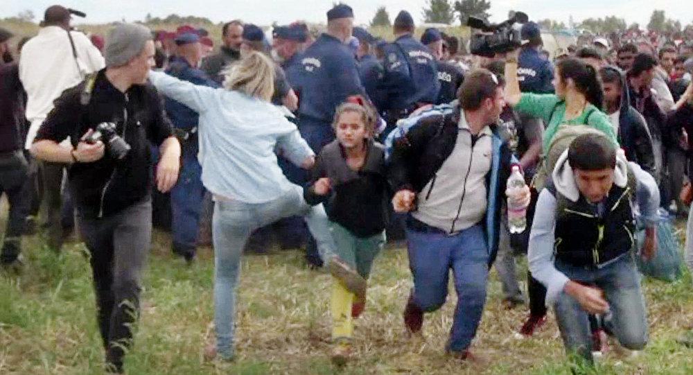 Repórter húngara que pontapeou refugiados já foi condenada