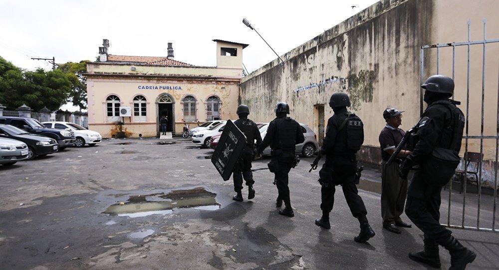 Policiais da tropa de choque entram na Cadeia Pública Raimundo Vidal Pessoa, em Manaus.