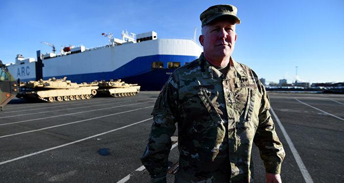 Major-general Timothy McGuire, vice-comandante dos militares dos EUA na Europa, assiste no desembarque do material militar americano de um navio de transporte no porto de Bremerhaven, na Alemanha, 6 de janeiro de 2017