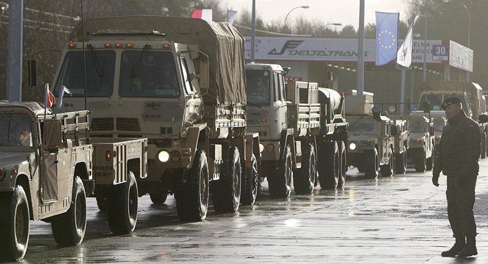 Veículos militares do Exército dos EUA cruzam a fronteira polonesa em Alszyna, na Polônia