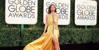 A atriz americana Emily Ratajkowski na 74ª cerimônia Golden Globe Awards