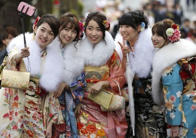 Meninas japonesas vestidas de quimono no Dia da Maioridade (arquivo)