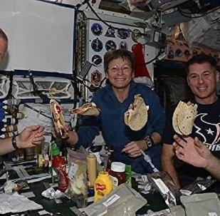 Cosmonauta russo Oleg Novitsky junto com colegas na EEI