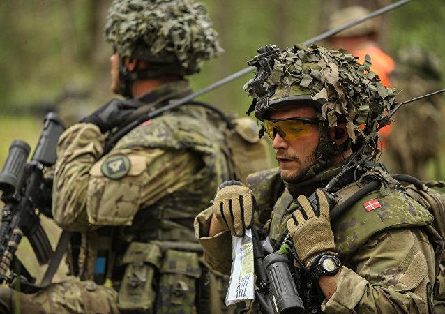 Um soldado do exército dinamarquês durante exercícios, foto de arquivo