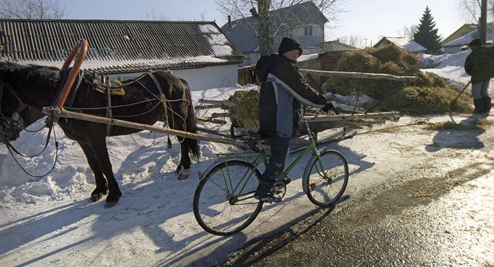 Um rapaz de bicicleta, foto de arquivo