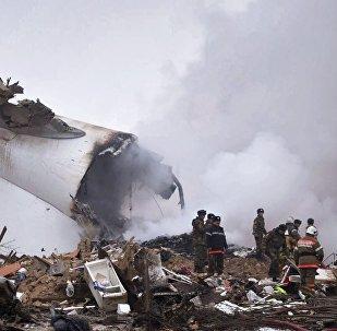 Funcionários do Ministério para Situações de Emergência do Quirguistão no local da queda do avião de transporte turco perto do aeroporto de Manas, Quirguistão, 16 de janeiro de 2017
