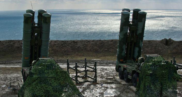 Sistemas de mísseis S-400 Triumph do regimento de defesa antiaérea do Distrito Militar do Sul que foi colocado em serviço em Teodósia, na Crimeia
