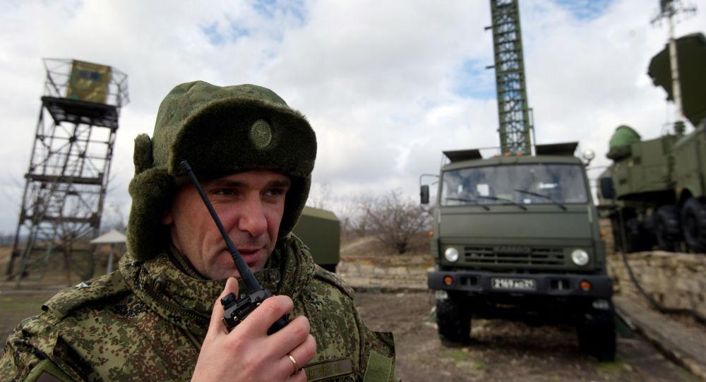 Militar russo coordena a instalação do sistema S-400 na posição na Crimeia