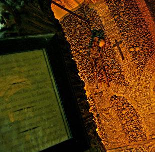 Capela dos Ossos, na cidade de Évora (Portugal), é uma pequena capela dentro da Igreja de São Francisco, que recebeu esse nome por suas paredes internas estarem cobertas e decoradas com crânios e ossos humanos