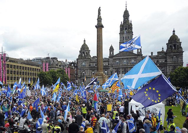 Manifestantes defendem a independência da Escócia e agitam bandeiras da UE em Glasgow, Escócia, 30 de julho de 2016