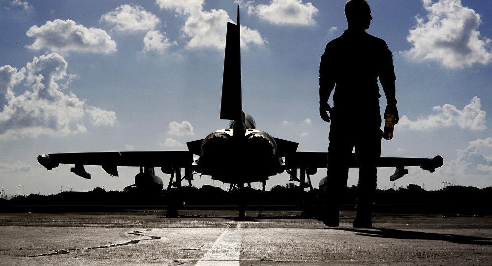 Foto de 22 de setembro de 2016 mostra um soldado britânico perto de um caça Eurofighter Typhoon na base de Akrotiri da Força Aérea Real em Chipre, antes de decolar para uma missão da coalizão no Iraque
