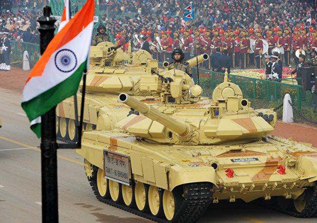 Tanques indianos durante desfile militar em Nova Deli
