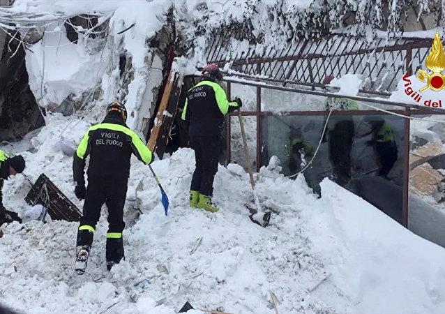 Os bombeiros trabalham no Hotel Rigopiano em Farindola, no centro da Itália, depois de ter sido atingido por uma avalanche, em 20 de janeiro de 2017
