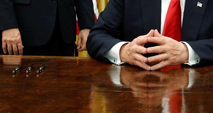 Trump assina primeiros decretos como presidente dos EUA, no Salão Oval, em 20 de janeiro de 2016