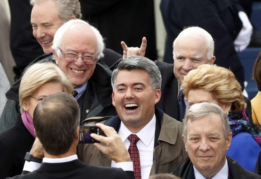 Senadores John McCain e Bernie Sanders chegam à cerimônia