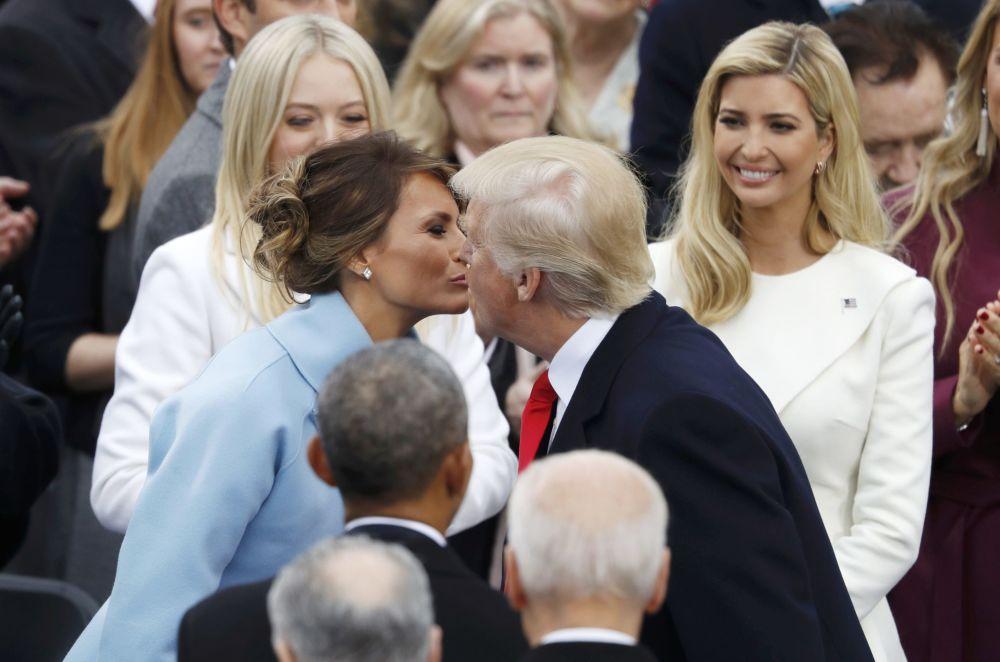 Presidente dos EUA beija sua esposa