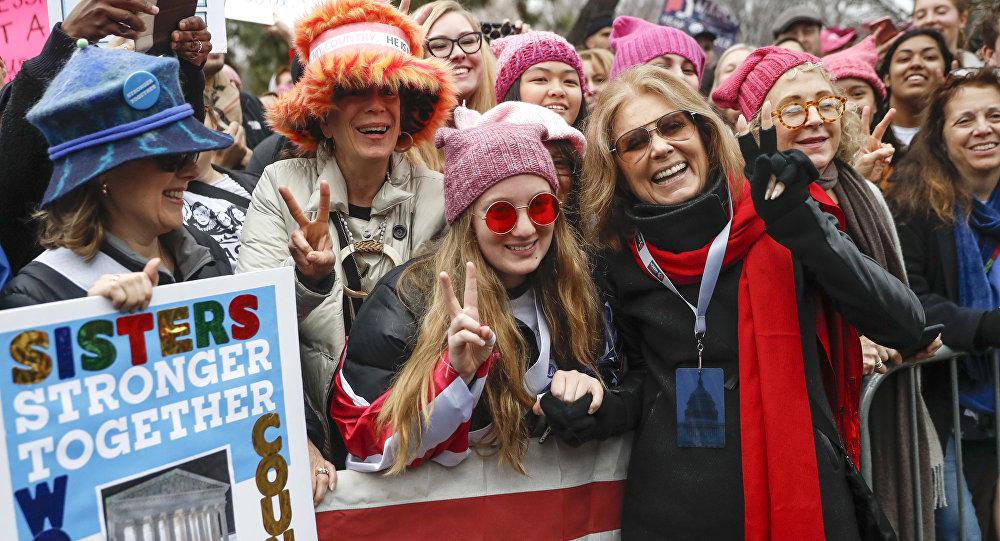 Gloria Steinem, (no centro à direita) saúda manifestantes em Washington, 21 de janeiro de 2017