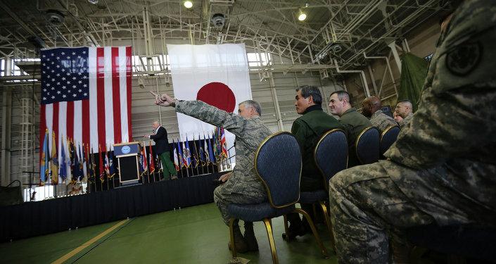 Militares americanos e japoneses na base militar dos EUA, Yokota, perto de Tóquio