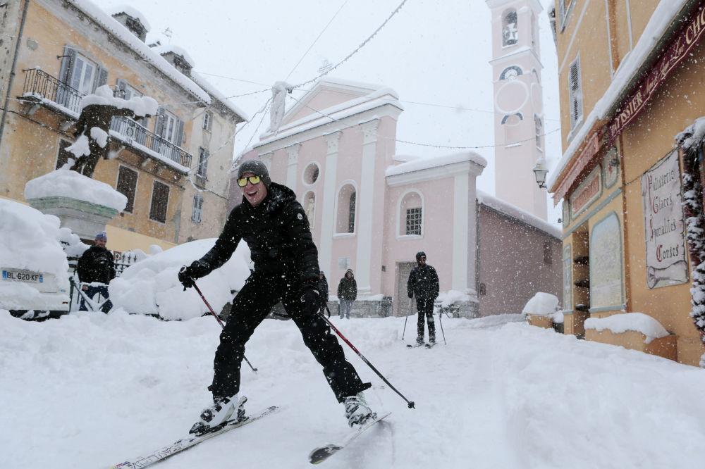 Homens esquiam nas ruas na ilha de Córsega