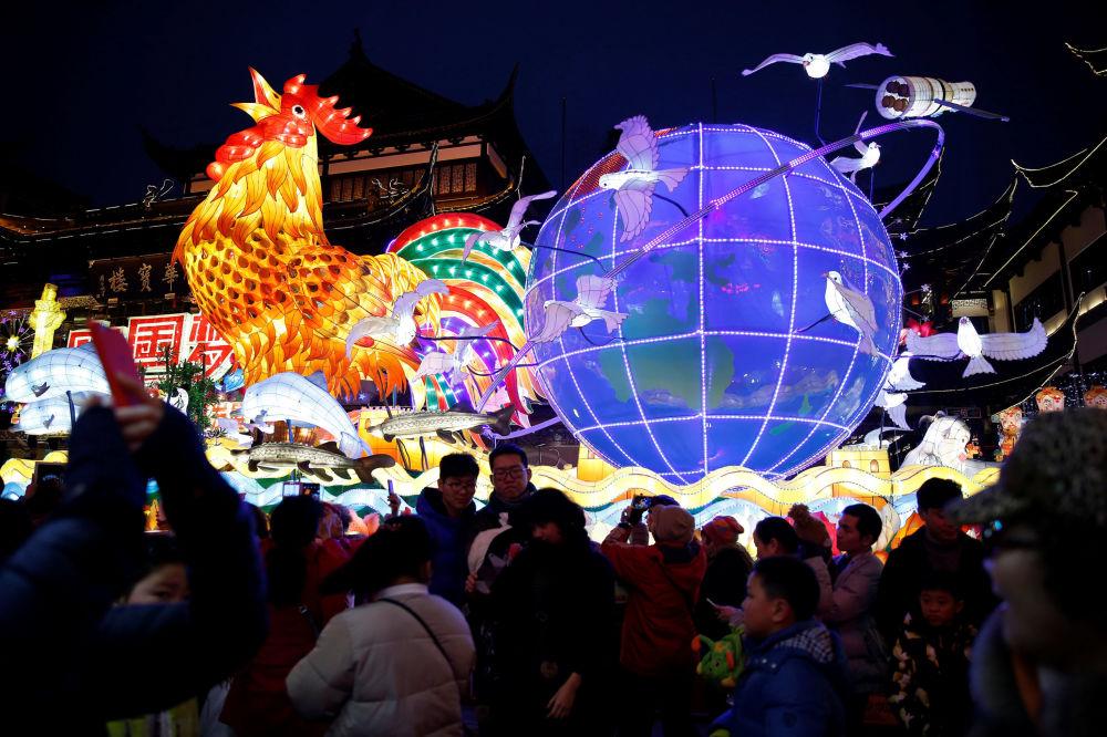Lanterna em forma de galo gigante em Xangai