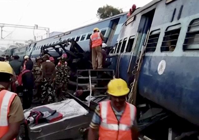 36 pessoas morrem após trem descarrilar na Índia