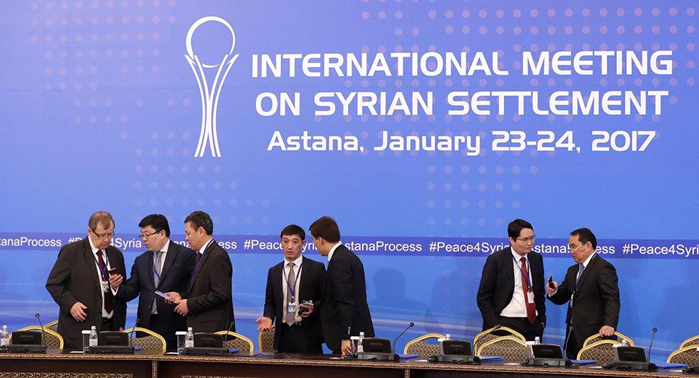 Oficiais do Cazaquistão durante últimos preparativos das negociações